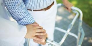 Sfaturi pentru ingrijirea bolnavului cu Parkinson: activitati fizice, evitarea cazaturilor, alimentatie