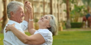 Danseaza, iti va trece! – Beneficiile fizice ale dansului la varsta a treia