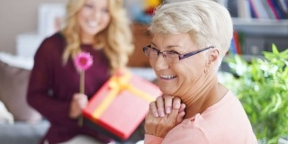 Idei de cadouri pentru bunica, de 8 martie: Simple, folosibile, cu care nu dai gres niciodata