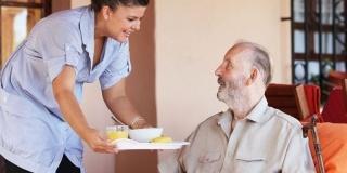 Servicii pentru varstnici: Calitati de apreciat la cine are in grija persoane in etate