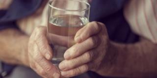 Invata sa recunosti simptomele deshidratarii la varstnici! – Ce manifestari pot constitui un semnal de alarma?